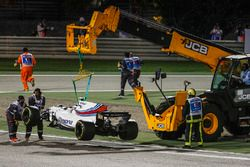 Oficiales sacan el auto de Lance Stroll, Williams FW40