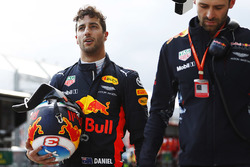 Daniel Ricciardo, Red Bull Racing, walks back to the pit lane after an accident in qualifying