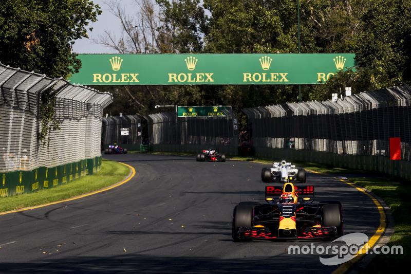 Max Verstappen, Red Bull Racing RB13; Felipe Massa, Williams FW40
