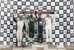 تشارلي فرينز على منصة تتويج السباق الثاني في أبوظبي، بورشه جي تي 3 الشرق الأوسط