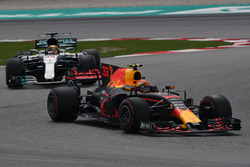 Max Verstappen, Red Bull Racing RB13 leads Lewis Hamilton, Mercedes-Benz F1 W08
