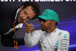 Гонщик Mercedes AMG F1 Льюис Хэмилтон и Маттео Бончиани