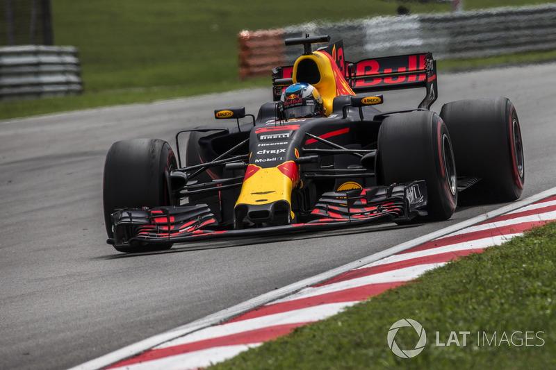 Red Bull хвалит Риккардо за действия под прессингом Феттеля