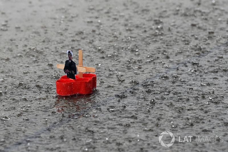 Kağıttan gemiler, pit yolunda yağış