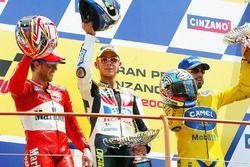 Podium : le vainqueur Valentino Rossi, le deuxième Loris Capirossi, le troisième Max Biaggi