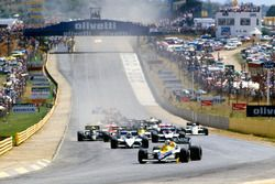Arrancada: Nigel Mansell, Williams FW10, Nelson Piquet, Brabham BT54 y Marc Surer, Brabham BT54