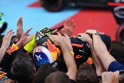 Le vainqueur Daniel Ricciardo, Red Bull Racing fête sa victoire dans le Parc Fermé