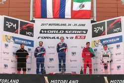 Podio: ganador de la carrera Egor Orudzhev, SMP Racing by AVF, segundo lugar Matevos Isaakyan, SMP R
