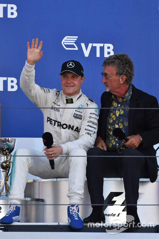 Race winner Valtteri Bottas, Mercedes AMG F1, Eddie Jordan, Channel 4 F1 TV