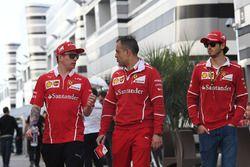Kimi Raikkonen, Ferrari, Diego Ioverno, directeur des opérations Ferrari et Antonio Giovinazzi, pilote d'essais et de réserve Ferrari