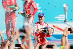 Felix Rosenqvist, Mahindra Racing, spruzza lo champagne sul podio