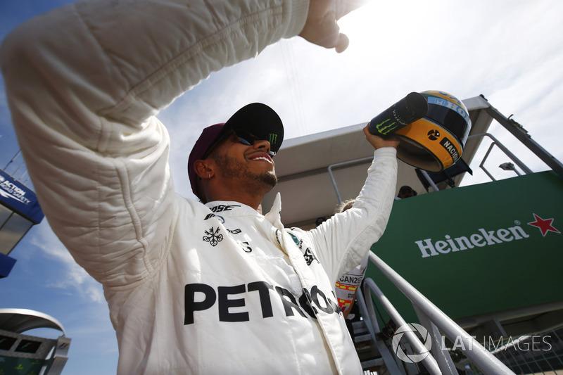 Lewis Hamilton com o capacete de Ayrton Senna em Interlagos