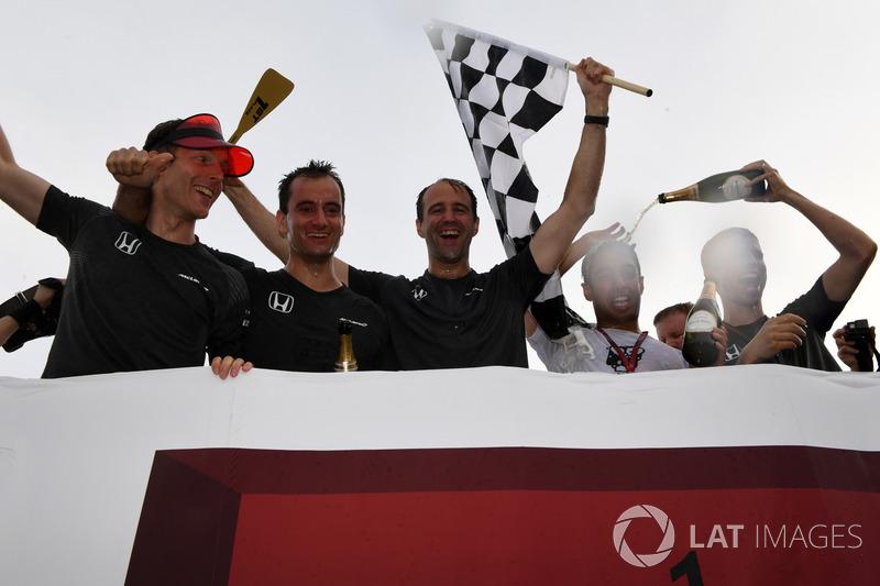 McLaren célèbre sa victoire dans la course de radeaux