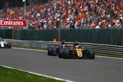 Джолион Палмер, Renault Sport F1 RS17, и Карлос Сайнс-мл., Scuderia Toro Rosso STR12