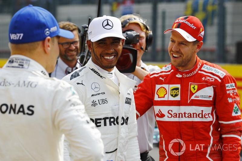 Ganador de la pole Lewis Hamilton, Mercedes AMG F, segundo Sebastian Vettel, Ferrari y tercero Valtt