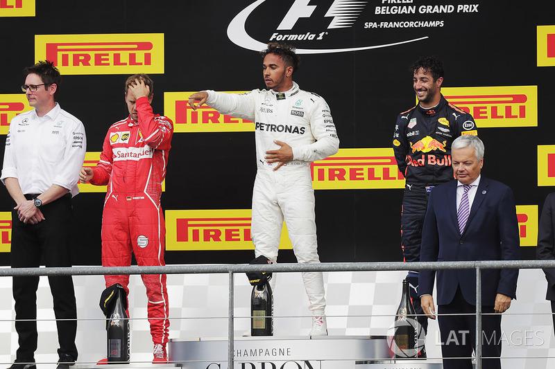 Podio: il vincitore della gara Lewis Hamilton, Mercedes AMG, il secondo classificato Sebastian Vettel, Ferrari, il terzo classificato Daniel Ricciardo, Red Bull Racing e Andrew Shovlin, Chief Race Engineer, Mercedes AMG