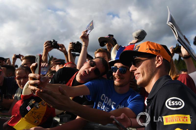Max Verstappen doet een selfie met de fans