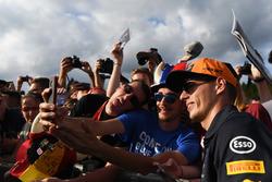 Max Verstappen, Red Bull Racing prend un selfie avec des fans