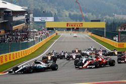 Start action, Lewis Hamilton, Mercedes AMG F1 W08 leads