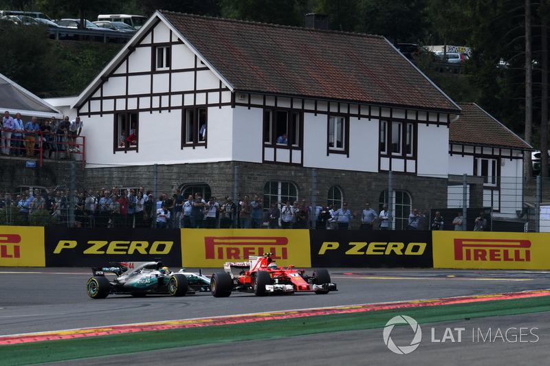 Kimi Raikkonen, Ferrari SF70H lidera aLewis Hamilton, Mercedes-Benz F1 W08