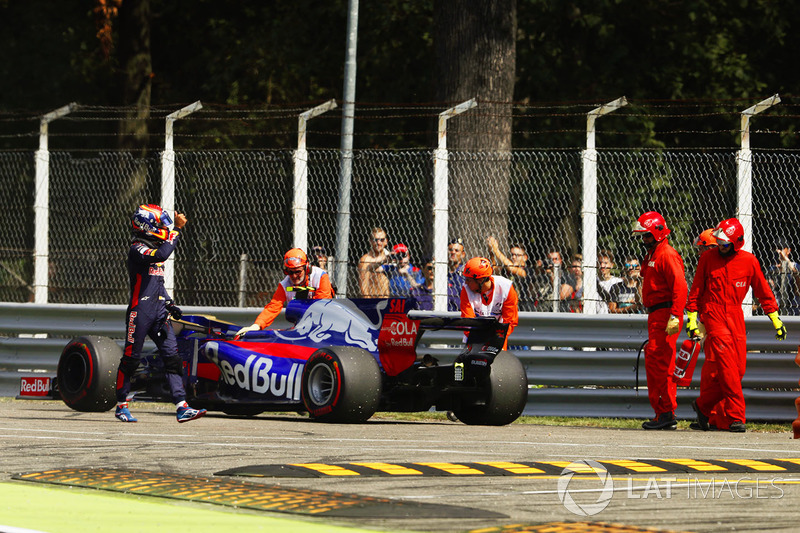 Carlos Sainz Jr., Scuderia Toro Rosso STR12, gives a thumbs up after climbing from his smoking car