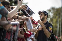 Даніель Ріккардо, Red Bull Racing роздає автографи вболівальникам