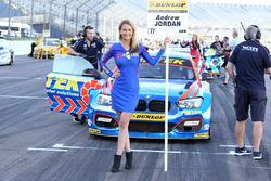 Gridgirl für Andrew Jordan, West Surrey Racing Racing BMW 125i M Sport