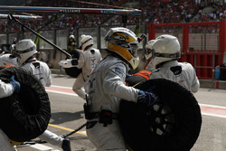 Guy Martin joins the Williams F1 pit crew during the race
