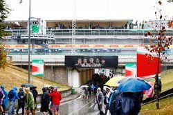Des fans sous la pluie