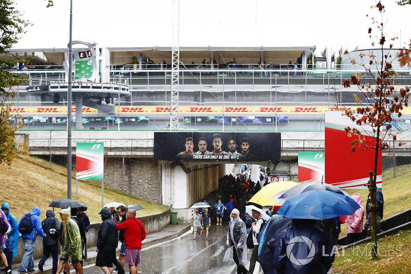 Los fans se refugian de la lluvia