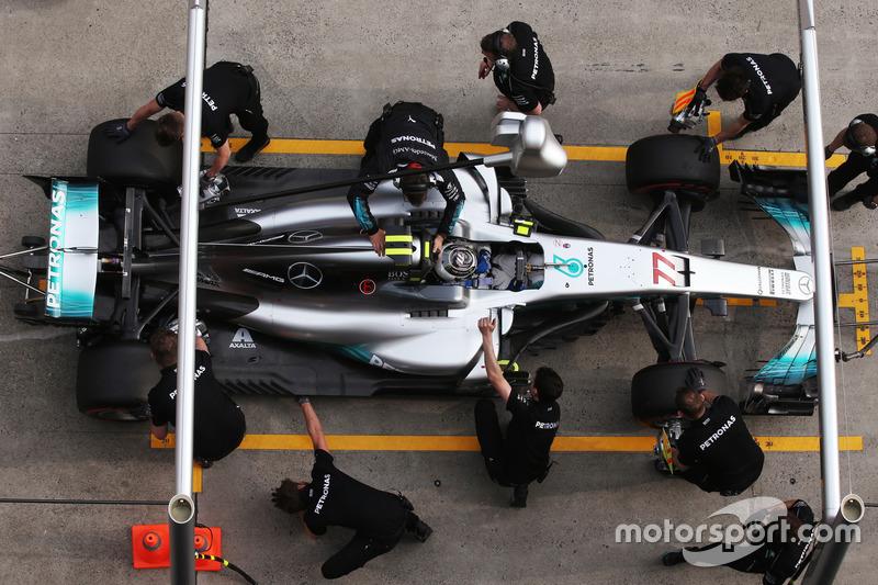 Valtteri Bottas, Mercedes AMG F1 W08, fa una sosta durante le Qualifiche
