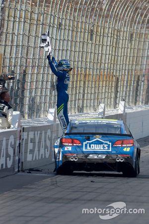 Yarış galibi Jimmie Johnson, Hendrick Motorsports Chevrolet lastik yakıyor