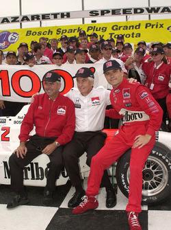 Rick Mears, Roger Penske und Gil de Ferran feiern den 100. IndyCar-Sieg für das Team Penske