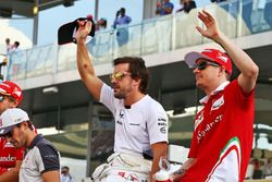 Fernando Alonso, McLaren con Kimi Raikkonen, Ferrari en el desfile de pilotos