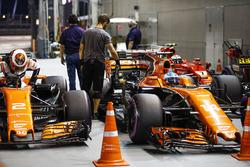 Stoffel Vandoorne, McLaren MCL32, Fernando Alonso, McLaren MCL32, arrive dans le Parc Fermé