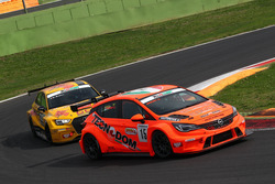 Kevin Giacon, Opel Astra-TCR-TCR precede Max Mugelli, Pit Lane, Audi RS3 LMS-TCR