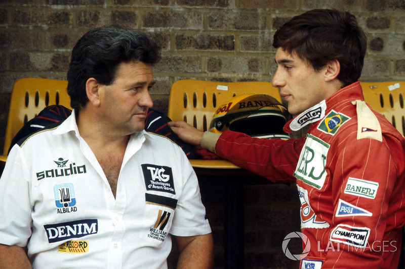 Ayrton Senna conversa com Allan Challis