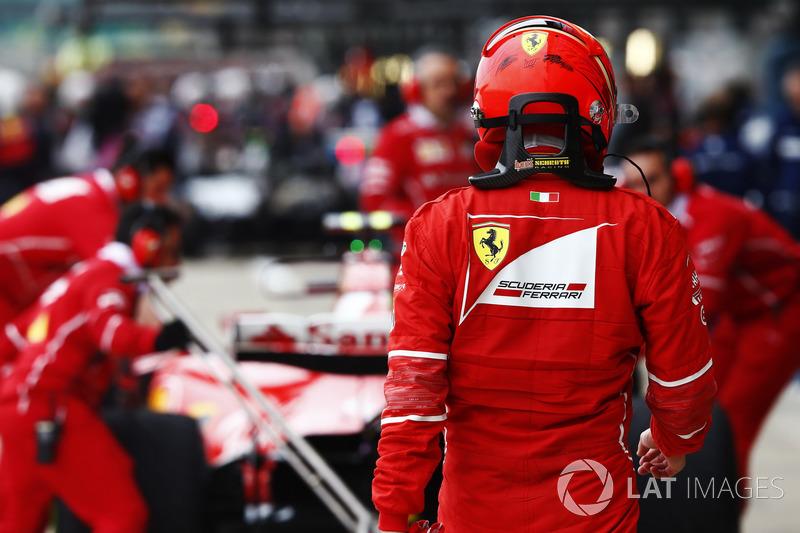 Miembros del equipo Ferrari trabajan en el SF70H de Ferrari de Kimi Raikkonen en el pit lane