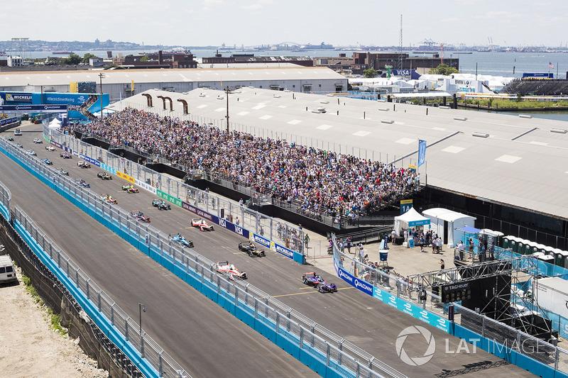 Sam Bird, DS Virgin Racing y Felix Rosenqvist, Mahindra Racing, se preparan para el inicio de la car