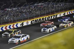 Kevin Harvick, Stewart-Haas Racing Ford, Jamie McMurray, Chip Ganassi Racing Chevrolet