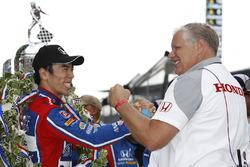 Winnaar Takuma Sato, Andretti Autosport Honda met Art St Cyr van HPD