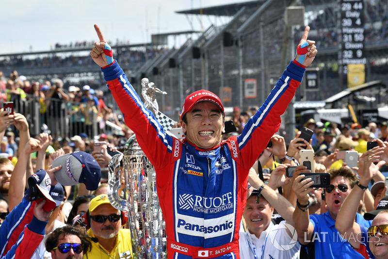 Takuma Sato, Andretti Autosport Honda celebrates the win in Victory Lane