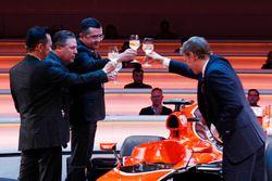 Yusuke Hasegawa, Senior Managing Officer, Honda, Zak Brown, Executive Director McLaren Technology Gr