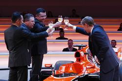 Yusuke Hasegawa, cadre supérieur, Honda, Zak Brown, directeur exécutif du McLaren Technology Group, Eric Boullier, directeur de la compétition, McLaren, et le présentateur Simon Lazenby portent un toast à la McLaren MCL32