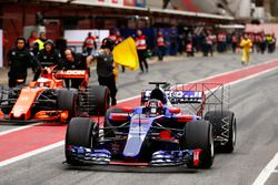 Daniil Kvyat, Scuderia Toro Rosso STR12 passe Stoffel Vandoorne, McLaren MCL32