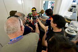 Le troisième, Tom Sykes, Kawasaki avec les médias
