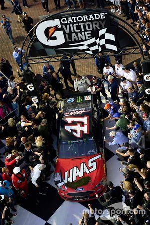 Kurt Busch, Stewart-Haas Racing Ford, tira en victoria después de ganar el Daytona 500