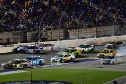 Kyle Larson, Chip Ganassi Racing Chevrolet, ve Ryan Blaney, Wood Brothers Racing Ford kaza