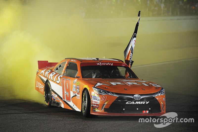 Ganador de la carrera y Campeón 2016 Daniel Suárez, Joe Gibbs Racing Toyota