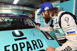 Stefano Comini, Leopard Racing, Volkswagen Golf GTI TCR signs his car